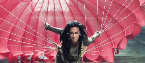 """Captura de Katy Perry en el videoclip """"Rise""""."""