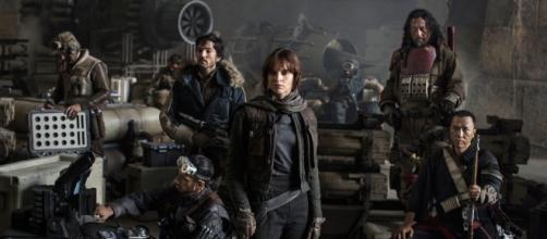 Jyn Erso (Felicity Jones) y su grupo de Rebeldes en la legendaria base de Yavin 4.