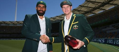 Misbah-ul-Haq and Smith with the trophy during Pak vs Aus 1st Test (Panasiabiz.com)