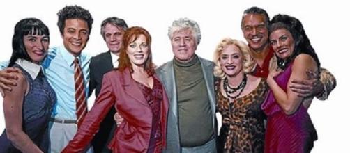 Pedro Almodóvar con los actores estadounidenses que protagonizaron en Broadway una versión musical de 'Mujeres al borde de un ataque de nervios'.