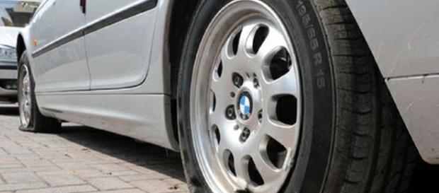 Bucare ripetutamente gli pneumatici dell'auto dell'ex partner può arrivare a configurare il reato di atti persecutori.