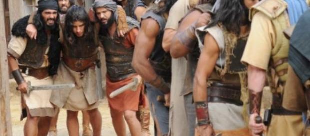 Gravemente ferido, Zaqueu é levado pelos companheiros até ao acampamento