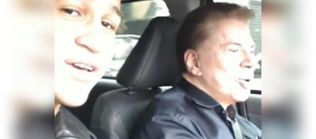 Jovem registra o momento em que conversa com Silvio Santos durante carona