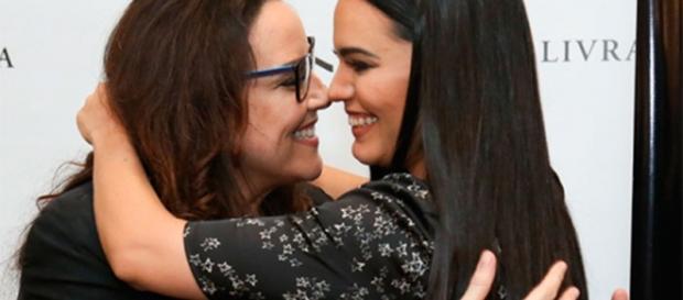 """Letícia Lima e Ana Carolina se beijão em dia de lançamento do livro """"Ruído Branco"""" (foto: Roberto Filho/BrazilNews)"""