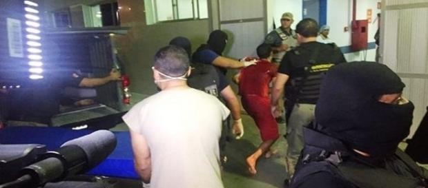 Nas imagens o momento em que dois detentos são levados para atendimento de urgência.