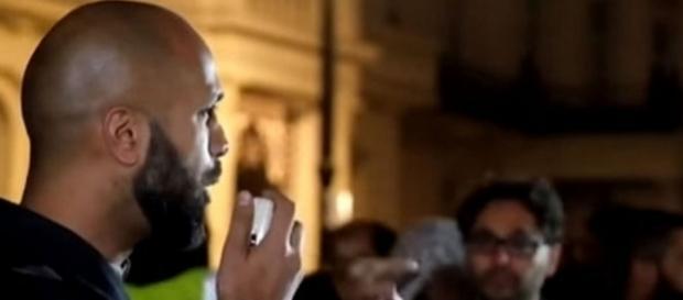 Un extremist musulman cere instaurarea Califatului Global pe străzile Londrei - Foto: YouTube