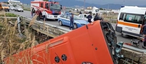 Calabria: autobus sbanda e finisce in un fiume