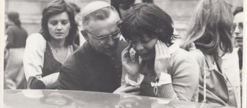 Dom Paulo consola Clarisse Herzog em culto ecumênico, em 31/10/1975. Foto: Reprodução
