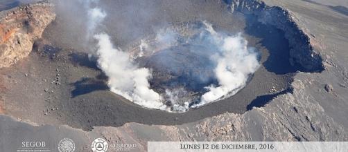 Foto aerea scattata dal Cenapred. Il cratere del Popocatépetl strapieno, con tre milioni di metri cubi di magma.