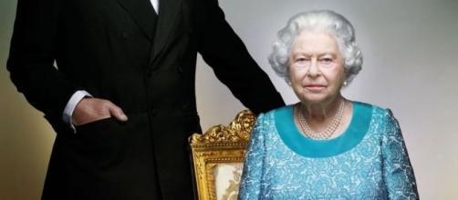 Príncipe Charles posa ao lado da mãe, Rainha Elizabeth, para o retrato oficial de 90 anos dela