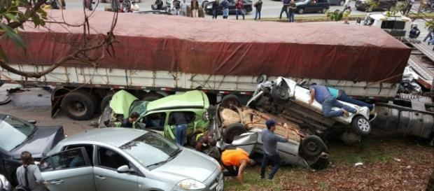 Carreta desgovernada atinge mais de 20 carros em BH