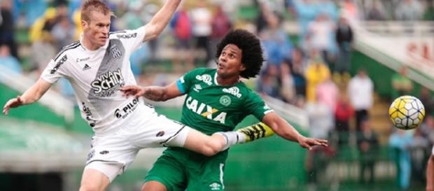 Douglas Grolli atundo contra a própria Chapecoense durante jogo do Brasileirão