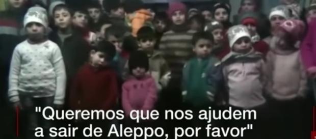 Em meio ao ataque aéreo constante a cidade de Aleppo na Síria, as crianças não podem fugir e por isso pedem ajuda, pois podem morrer.