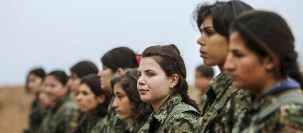 Guerrilheiras curdas em batalha contra o ISIS. Foto   Reuters