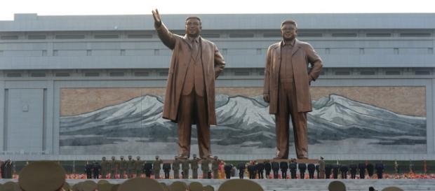 """Le due statue minacciate dal """"piccione drone"""" - foto di ilpost.it"""