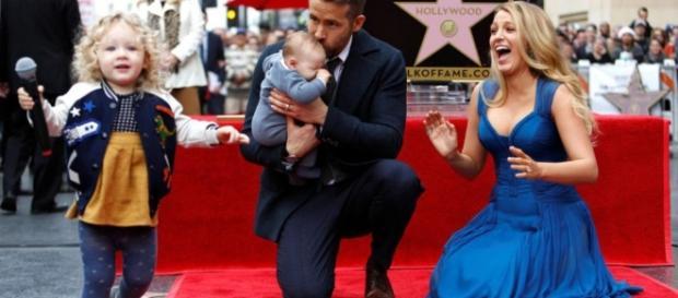 Aux côtés de sa femme et de ses enfants, Ryan Reynolds inaugure son étoile. Un acteur, mari et papa comblé !