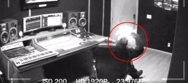 Câmera interna filma momento em que aparelho explode no ouvido do músico (mediatakeout)