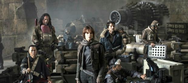 Felicity Jones (ao centro) lidera o esquadrão Rogue One, que busca os planos da Estrela da Morte. (divulgação)