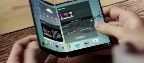 Telas dobraveis pode ser a nova tendência para smartphones. FONTE: <http://www.mbradio.com.br/noticia/>