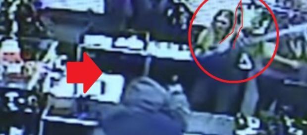 Mulher se defende de assalto com pênis de borracha - Youtube