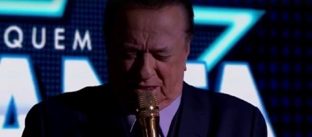 Raul Gil chora ao pedir silêncio fúnebre, no SBT; vídeo