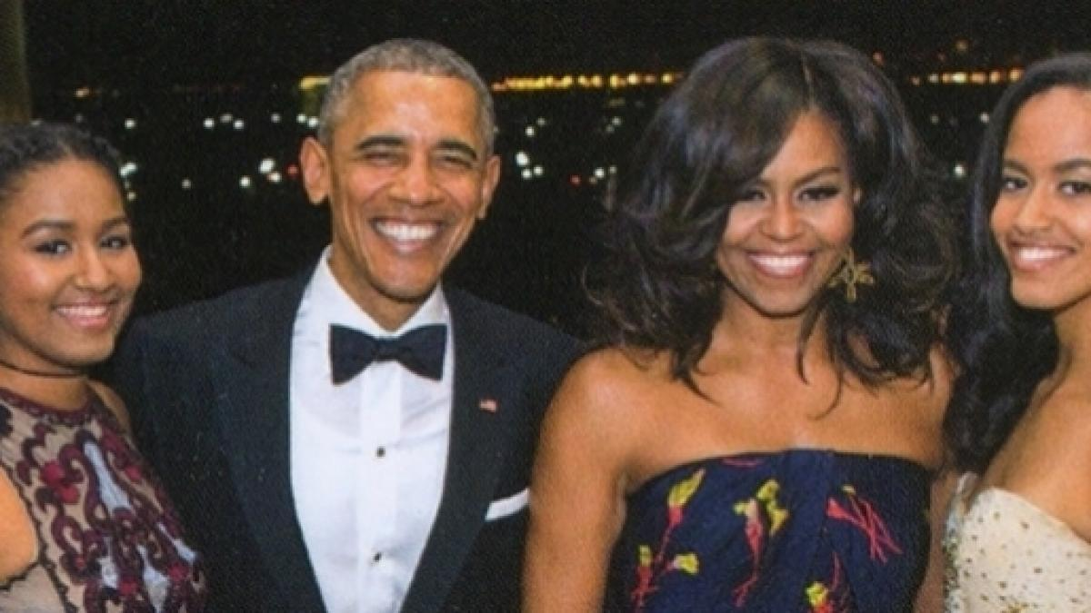 The Obama family sends out its last Christmas card from the White House