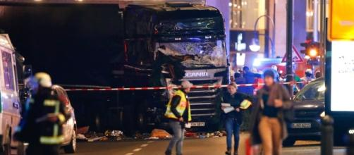 Caminhão invadiu feira de rua e atropelou dezenas de pessoas
