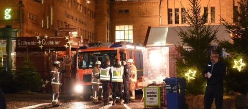 Esplosione al mercatino di Natale: tre feriti e panico tra i passanti - leggo.it
