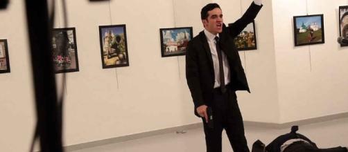 Melt Altintas, 22 anni, il poliziotto che ha ucciso oggi l'ambasciatore russo Andrey Karlov in una Galleria d'arte ad Ankara, Turchia.ia,