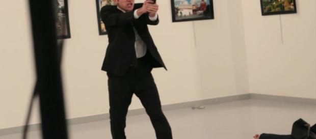 Homem atira oito vezes em embaixador da Rússia dentro de galeria de arte