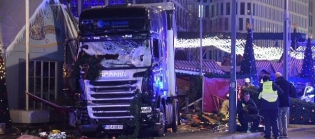 Caminhão invade feira de natal em Berlim