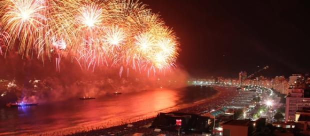 Fogos de artifício em Copacabana são tradição do réveillon no RJ