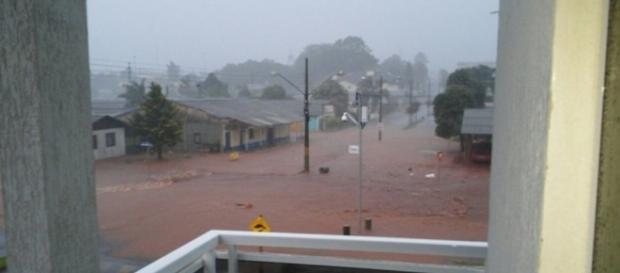 Forte temporal leva destruição a Palma Sola, Santa Catarina