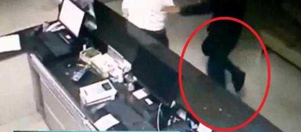 Homem comete roubou pulando com uma perna só - Google