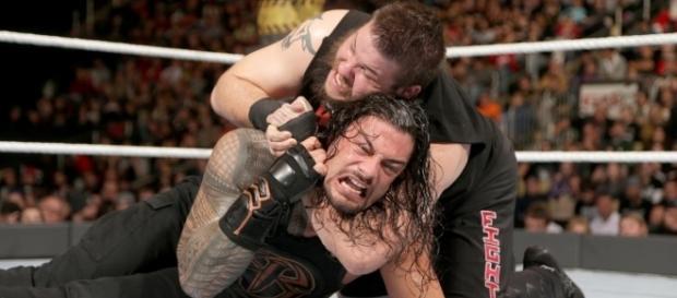 Kevin Owens manteve o Universal Title após vencer Roman Reigns por desqualificação (Foto: wwe.com)