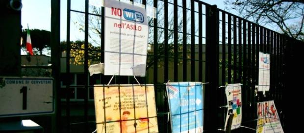 L'esterno della scuola di Cerveteri dove le famiglie hanno attaccato cartelloni di protesta