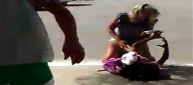 Na imagem o momento em que a jovem atinge a outra adolescente com golpes de faca.