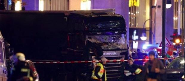 Strage a Berlino, camion sulla folla al Mercatino di Natale