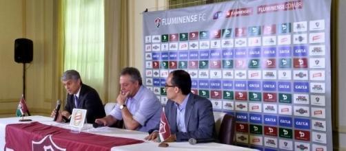 Abel (centro) é recebido por Peter Siemsen (direita do treinador) e Pedro Abad na sua volta ao Fluminense (Foto: Marcos Coelho/Transamérica)