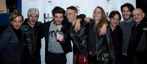I produttori Giampietro Preziosa e Marco Simon Puccioni con il Regista Adriano Giotti e il cast di Sex Cowboys