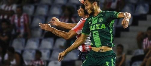 Zagueiro Neto (de verde) disputando a copa Sul-America. (foto: Superesportes)