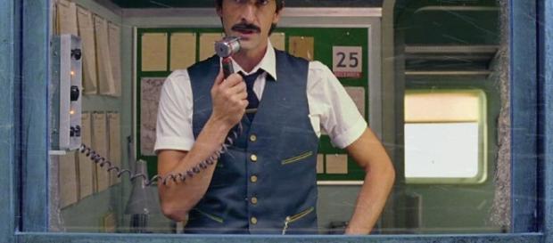 Adrien Brody dans le film de Noël H&M, réalisé par Wes Anderson