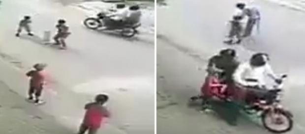 Homem na garupa de moto pega garoto e vai embora