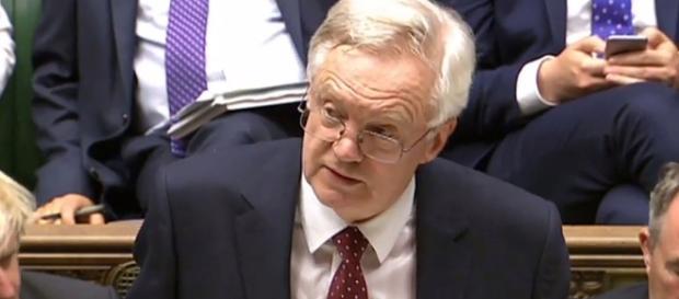 Il ministro per la Brexit David Davis mentre riferisce nella House of commons