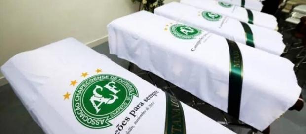 Imagem exibe os caixões da Chapecoense - Divulgação/Veja