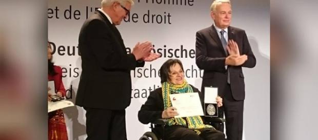 Maria da Penha ao receber prêmio de Direitos Humanos na Alemanha (Foto: Reprodução/ Facebook)
