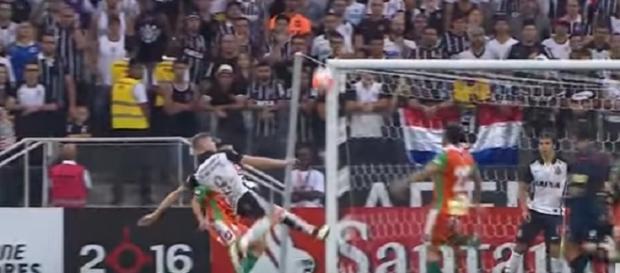 Marlone no golaço que rendeu a indicação da FIFA (Foto: Reprodução/YouTube)