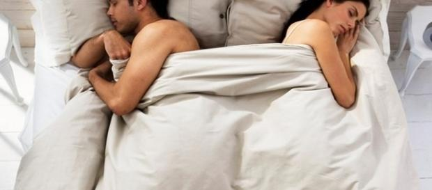 O nível de felicidade de um casal pode ter relação com a posição que dividem a cama.