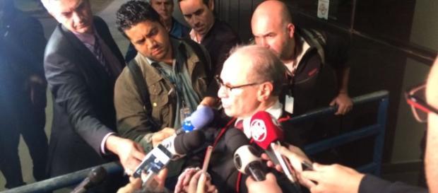 Promotor Carlos Cosenzo atende a imprensa na saída do juri (Foto: Marcos Guedes)
