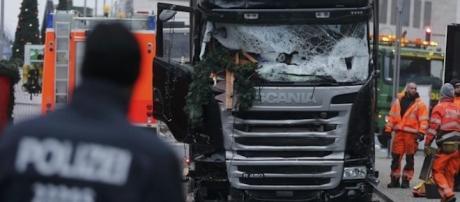 Le camion qui a foncé sur la foule et le marché de Noël, à Berlin, lundi 19 décembre 2016